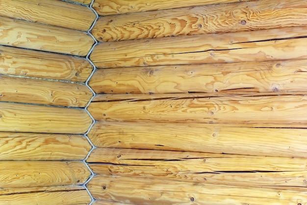 Le coin de la maison est construit en rondins de bois et corde entrelacée