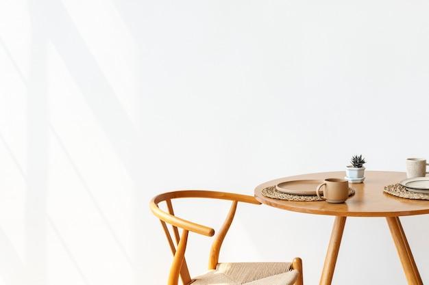 Coin petit-déjeuner scandinave dans une salle blanche