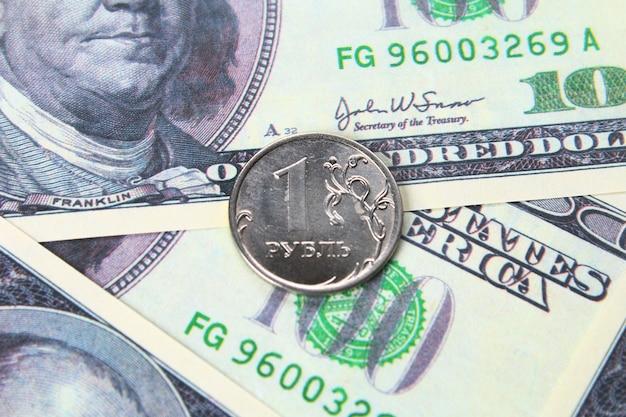 Coin un rouble dans le contexte de fond en dollars américains.