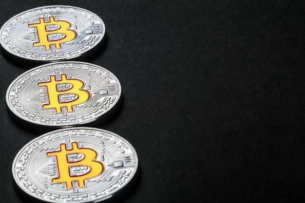 Coins de la crypto-monnaie bitcoin sur fond noir