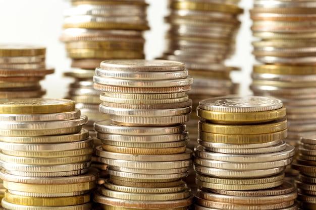 Coins stack sur table en bois