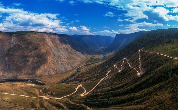 Col de route de montagne de l'altaï
