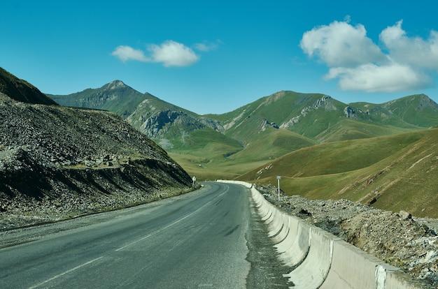 Col de taldyk, 3615 m, pamir highway, kirghizistan, belle vue sur la route de montagne