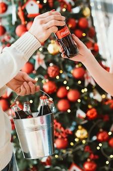 Cola dans des bouteilles en verre. célébration de noël.