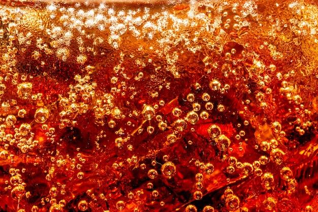 Cola avec fond de glace alimentaire élément de conception gros plan cola bulles de bière macroice bubble