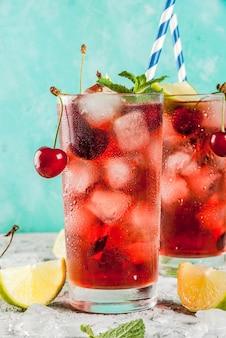 Cola mojito cerise dans un grand verre avec des feuilles de menthe