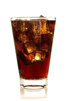Cola en verre avec de la glace sur fond blanc