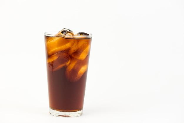 Cola, verre, glace, fond blanc