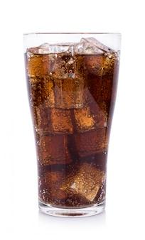 Cola en verre avec des glaçons sur fond blanc