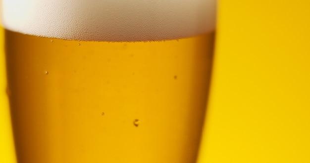 Cold light beer dans un verre avec des gouttes d'eau. bière artisanale se bouchent.