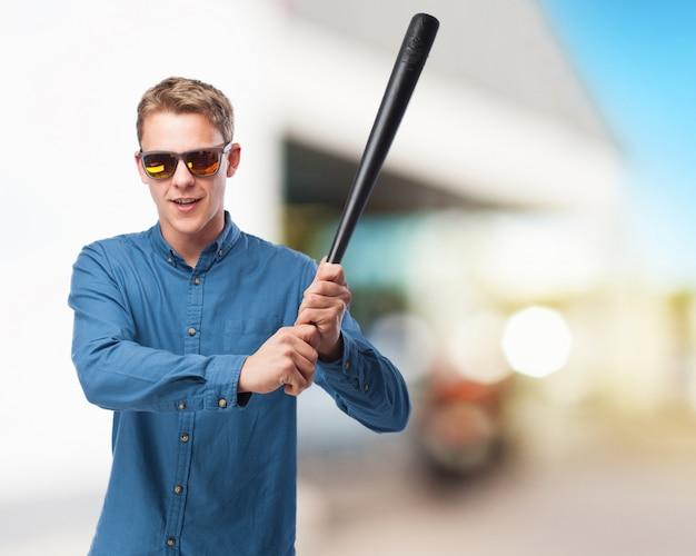 Colère batte de baseball jeune homme