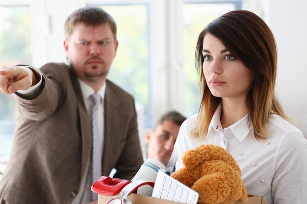 En colère criant le bras du patron pour quitter le licenciement triste