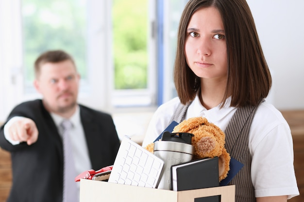 En colère criant le bras de pointe du patron pour quitter