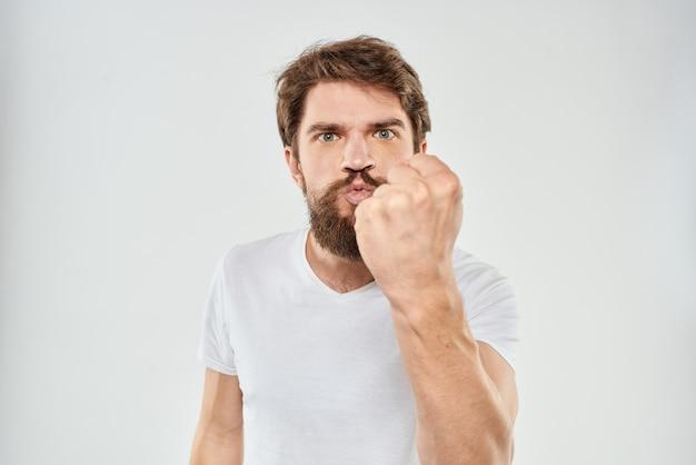 Colère jeune homme barbu avec le poing vers le haut