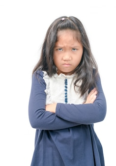 En colère petite fille asiatique avec une robe bleue isolée
