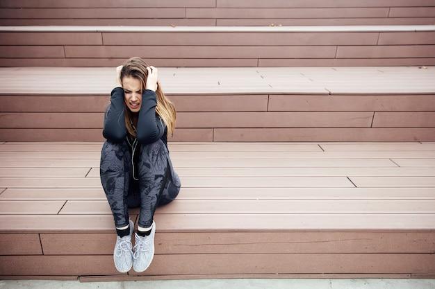 En colère triste jeune femme assise en plein air