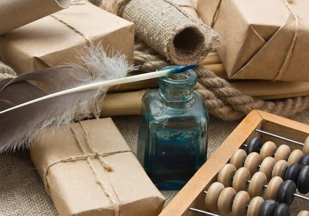 Colis empilé enveloppé de papier kraft brun et d'abaque