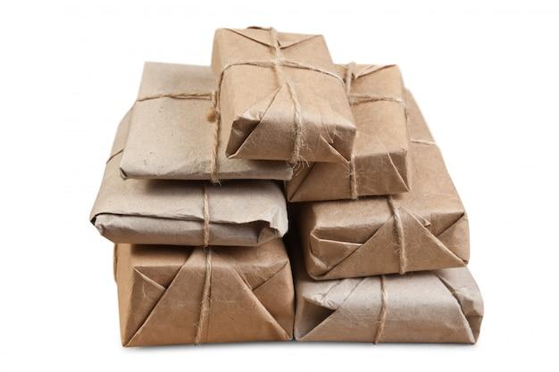 Colis empilé enveloppé de papier kraft brun isolé