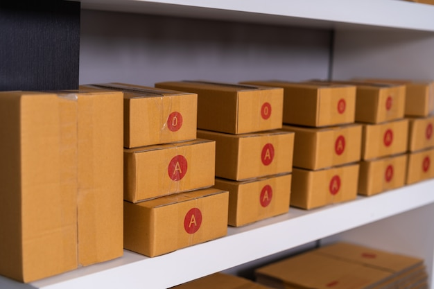 Colis sur étagère prêts à être expédiés au client à la maison