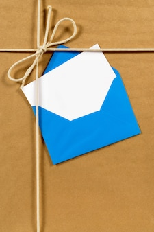 Colis de papier brun avec enveloppe bleue