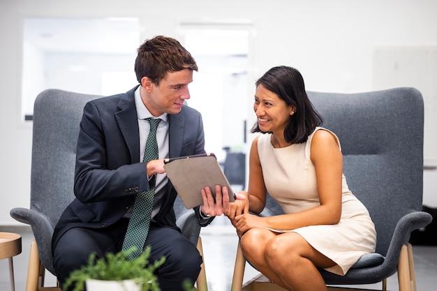 Collaboration des collaborateurs vue de face au bureau