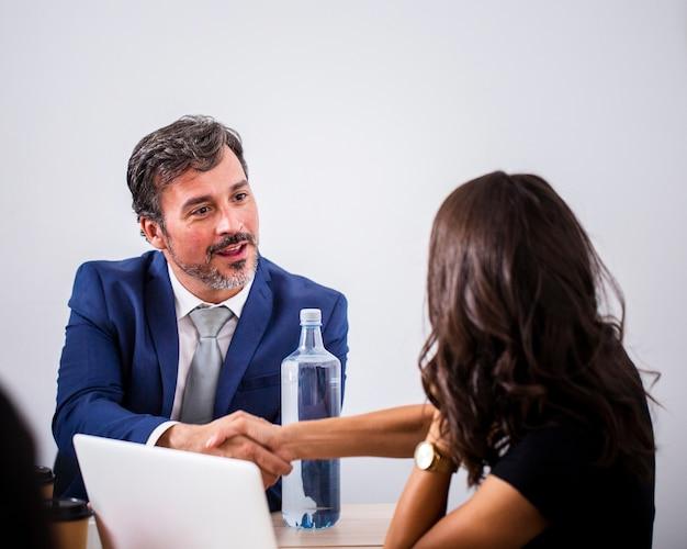 Collaboration entre collègues au bureau