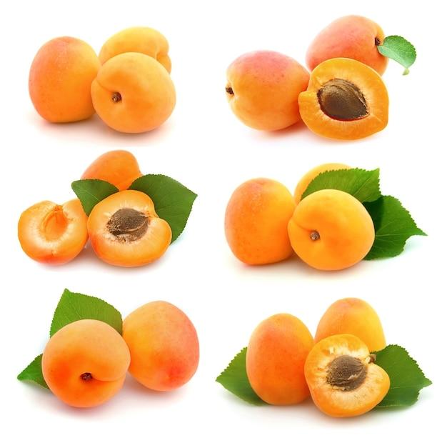 Collage d'abricots sucrés sur blanc
