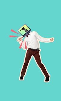 Collage d'art coloré contemporain. jeune homme à la tête d'un téléviseur tenant un microphone à la main et chantant isolé sur fond bleu. copiez l'espace pour le texte, la conception, l'annonce. oeuvre créative moderne. prospectus.