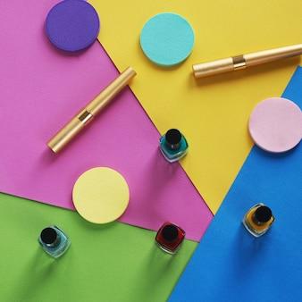 Collage de cosmétiques femme plat coloré poser. ensemble de vue de dessus. espace de copie