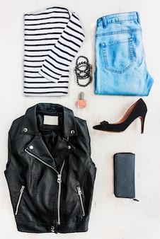 Collage de l'ensemble de vêtements féminins.
