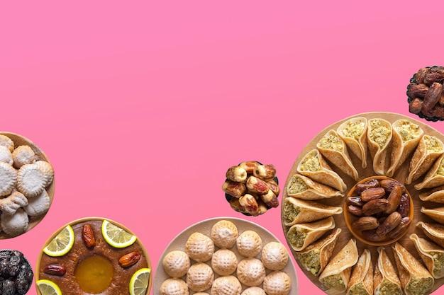 Collage festif avec divers plats sucrés de la cuisine arabe