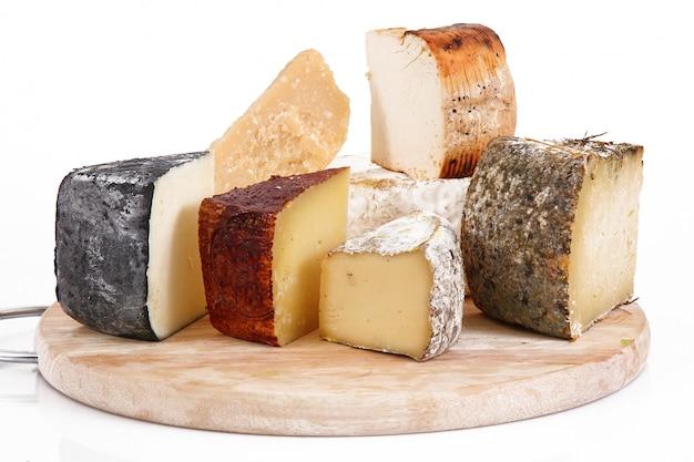 Collage de fromages italiens originaux en blanc