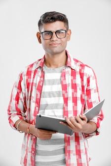 Collage indien garçon en étude