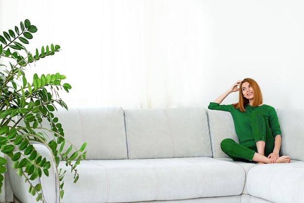 Collage jeune belle fille aux cheveux rouges dans des vêtements verts à la maison avec des plantes d'intérieur dans une humeur différente et une variété d'émotions.