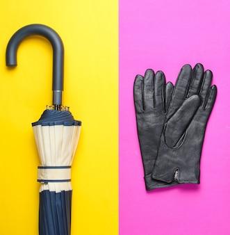 Collage de minimalisme de chaussures et accessoires pour femmes à la mode sur fond coloré. gants en cuir, parapluie. vue de dessus