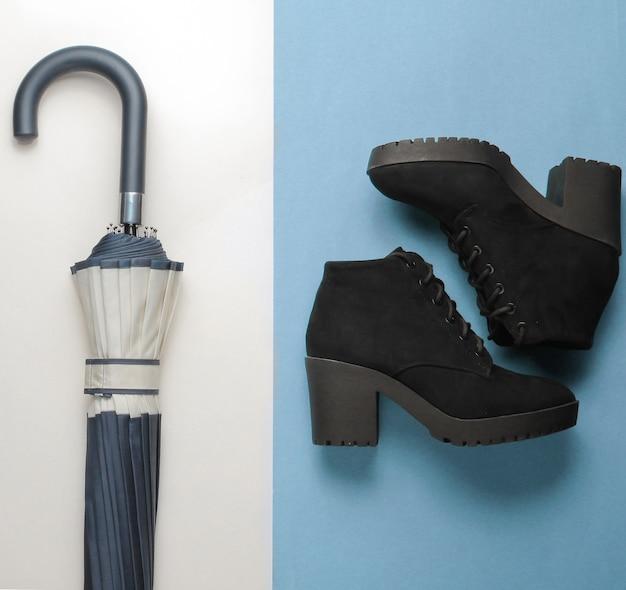 Collage de minimalisme de chaussures et accessoires pour femmes à la mode sur fond de papier. bottes noires, gants en cuir, parapluie. vue de dessus