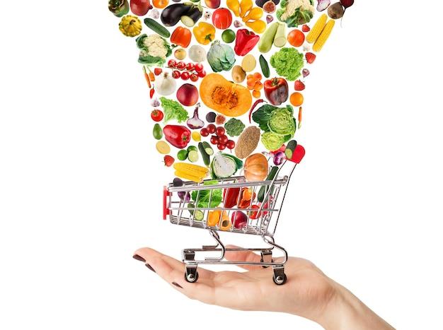 Collage de panier avec légumes et fruits isolés