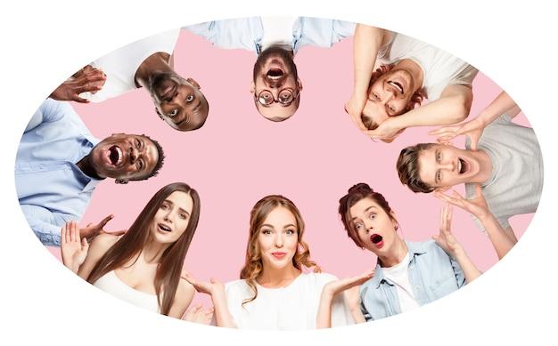 Collage de portraits en gros plan de 8 jeunes sur fond rose corail. les émotions humaines, concept d'expression faciale. célébrer, s'interroger, se sentir comme un gagnant, étonné et choqué.