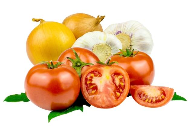Collage de tomates fraîches, feuille de tomate, ail et oignon en gros plan isolé sur fond blanc.