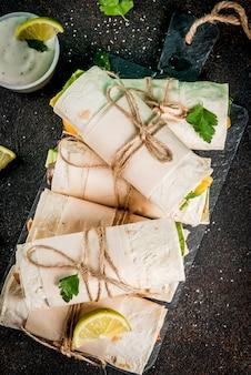 Collation déjeuner saine. pile de tortillas fajita mexicaine street food avec filet de poulet buffalo grillé et légumes frais
