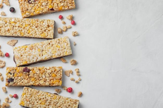 Collation dessert sucré sain. barre de céréales granola.