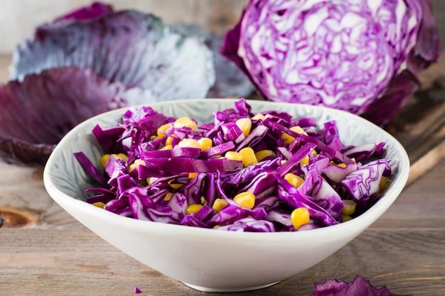 Collation diététique. salade de chou rouge aux grains de maïs