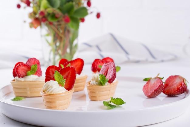 Collation fraîche et savoureuse avec des fruits et des baies de fromage à la crème. temps des fraises