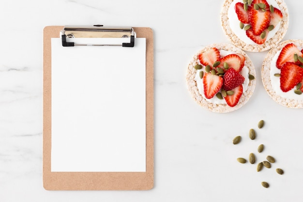 Collation de fruits fraises sur un gâteau de riz et copie espace presse-papiers