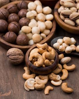 Collation de noix bio dans des bols sur table en bois