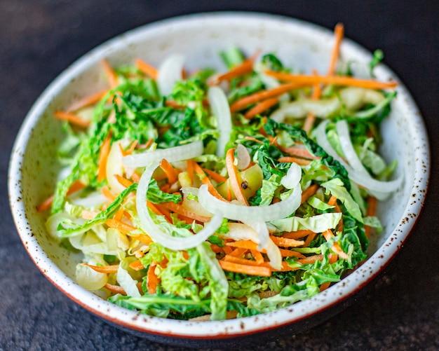Collation de salade de légumes chou de savoie, oignon, carotte, poivron et autres