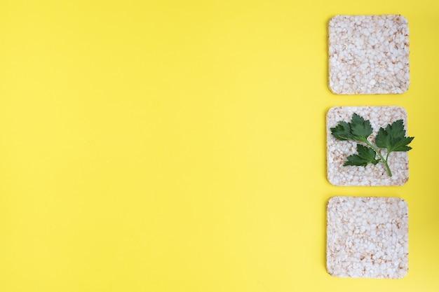 Collation santé pain croustillant croquant aux feuilles de persil frais