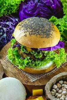 Collation végétalienne, burger végétalien sans viande, à base de pain de grains entiers, de protéines, de litchi, de légumes et de pois chiches.