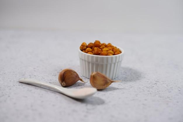 Collation végétalienne saine, pois chiches grillés épicés dans un bol.