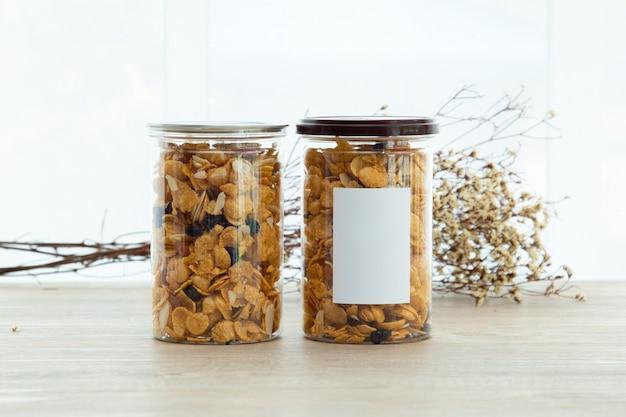 Collations asiatiques sucrées et salées savoureux raisins de noix de cornflakes mélangés sur fond de bois lumière naturelle